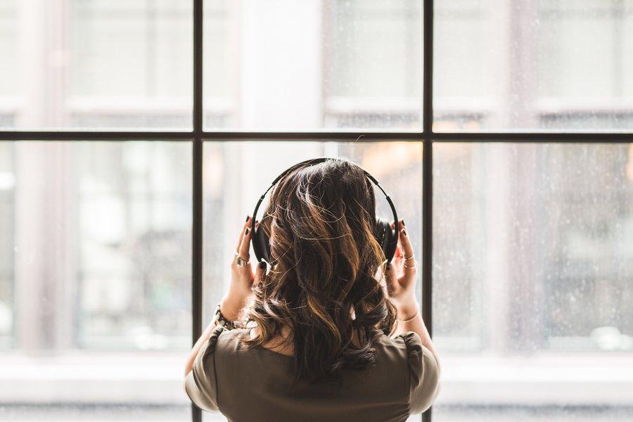 25 músicas para se entregar e relaxar enquanto não pode fazer as malas